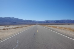 Maantee läbi Panamint oru. Teisel pool mägesid ootamas Death Valley.