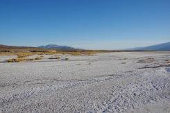 Surmaoru valge soolakihiga kaetud põhi ühe allika läheduses.