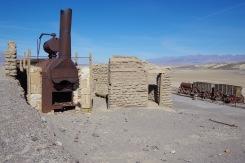 Kõik, mis on säilinud Surmaoru tööstuslike hiilgeaegade booraksi rikastusvabrikust. All nähtavaid vaguneid vedasid piki mudast orupõhja välja hobused, vaadis oli reisiseltskonna joogivesi.