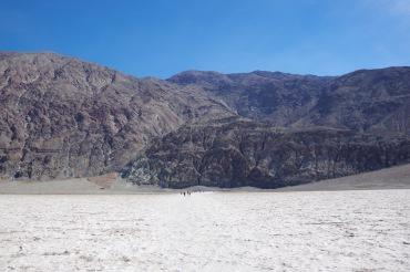 86m allpool merepinda. Surmaoru madalaim koht Badwater Basin-i juures. Vasakul 1,74 km kõrgemal Dante tipp.