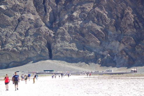 Badwater Basin, Death Valley. Sooja mõnusad 39ºC. Teravsilm leiab parkla kohal kaljudel maailmamere taset tähistava sildi.