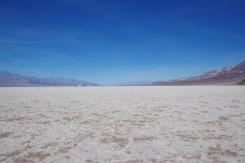 Vaade Death Valley põhjalt põhja suunas Badwater basin-i juures. Oru settepõhi on siin tasane ja see valge on loomulikult sool.