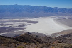 Vaade Dante tipult otse all asuvale Badwater Basin-ile. Orupõhi asub 1753 m madalamal.