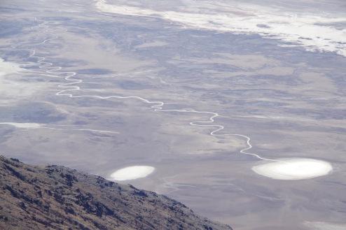 Surmaoru põhjas avalduvad allikad ja neist lähtuvad soolaojad jätavad tasandikule iseloomulikke jälgi.