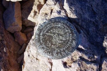 Geoloogiline märk Dante tipul Surmaoru idaserval. Kõrgus 1669 m üle merepinna.