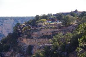 Mõned Suure Kanjoni külalistemajad ja alla orgu viiva raja algus.