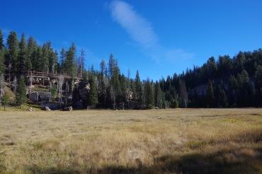 Metsavälu mäekülje sisse peidetud kivionniga.