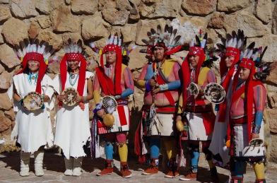Hopilapsed esitamas rahvakunstipalu.