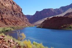 Colorado kümmekond miili allpool Glen Canyoni üüratut settebasseini elik paisjärve.