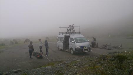 4550m kõrgusel on hommikul veel kõik pilves.
