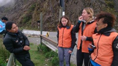 Puhkehetk. Vasakult: autojuht, Carlitos, Ashley, Joy ja lootusetult keerulise nimega Eritreast pärit itaallanna.