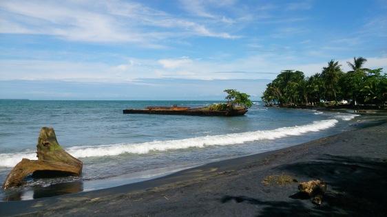 Playa Negro ja saareks moondunud laev