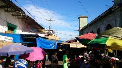 Granada mitmeid tänavaid täitev turg