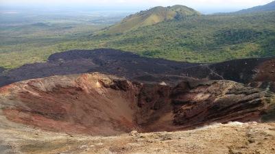 Cerro idapoolne kraater ja naabermägi