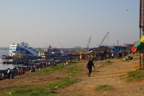 Hommik Pucallpa sadamas Ucayaly jõe vasakul kaldal.