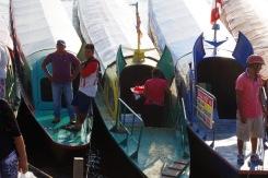 Kiitsakad jõelaevad ootavad reisijaid ning tänavakaubitsejad loodavad neist ostjaid leida.
