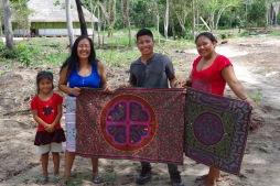 Šipibod oma Ayahuascast inspireeritud käsitööd näitamas. Keskel Juanita ja Camilo.