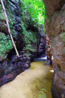 Matka lõpp-punkt paistab: väiksesse kanjonisse u 7 m kõrguselt langev juga. Parjalt jahe.