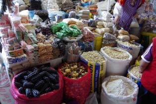 Toiduainete valik on Peruus rikkalik. Keskel rohelistes pakikestes kuivatatud kokapõõsa lehed.