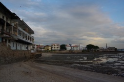 Mõõnav rannik ja Panama Viejo - renoveerimata hooned harmoneeruvad mudase paljanduva ookeanipõhjaga.