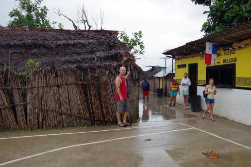 Muladubi keskväljak on korvpalliplatsi mõõtu ja selle nurgas asub kogukonnapood.