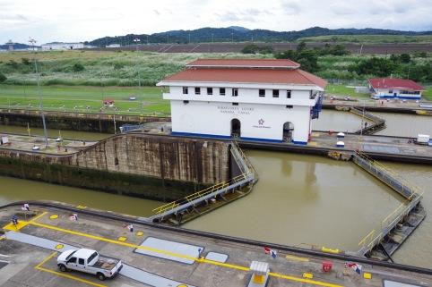 Kuulus Panama kanal. Miraflorese lüüsid on suletud ootamas tühjendamist. Taamal kõrgemal uued ja veel laiemad lüüsid.