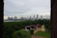 Uued muuseumihooned kunagise esimese peatänava ääres. Silmapiiril Panama City.