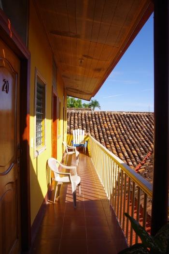 Esimene hommik Nikaraaguas: hotellitoa esine rõdu.