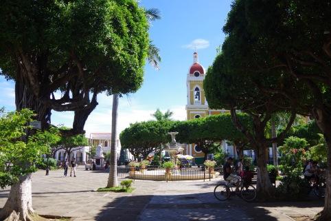 Keskpark ja Püha Neitsi Maria käima peale jäämise katedraal.