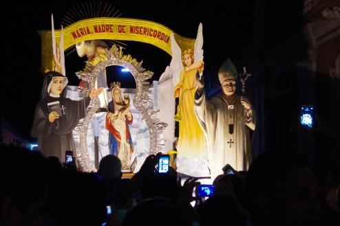 Rongkäigu tipphetk: möödumas on pühaduste kujud, kelle kohal troonib kapist tõusnud Jeesus.