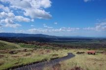 Masaya vulkaaninõlva vaade üle tardunud ja tasapisi rohtuvate laavaväljade kaugusse.