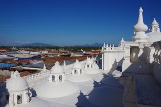 Üle valge katedraali ja Leoni katuste