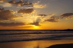 Päike ookeani kukkumas. Ja need lained! Tulevad nüüd aina lähemale.