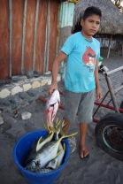 Nikaraagua poiss emal abis. Makrellilised (kausis) näikse olevat rohkem hinnas.